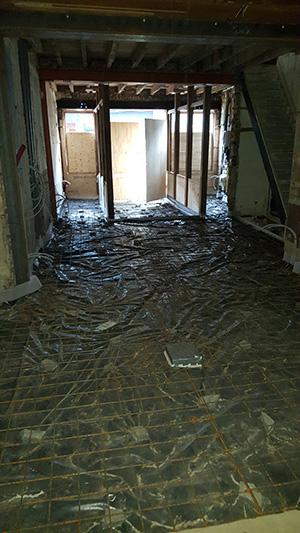 De betonnetten liggen erin. Klaar om de polybeton te gieten.
