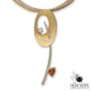 Hanger in gekrast geel en glanzend wit goud en mandarijn granaat. Met diamant van de klant en speelse kleine diamantjes.