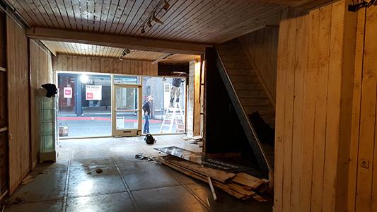 Lege winkel met zicht op straat.