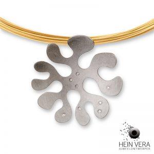 Hanger in gekrast edelstaal of rvs met glanzend randje en fijne diamantjes. Inspiratie is de zeeanemoon.
