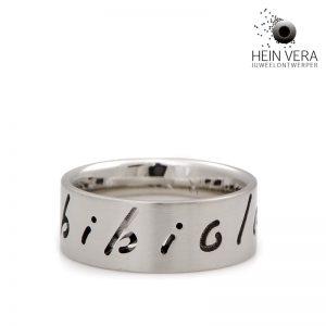 Naam ring in mat geschuurd edelstaal of rvs met namen half en dwars erdoor gelaserd.