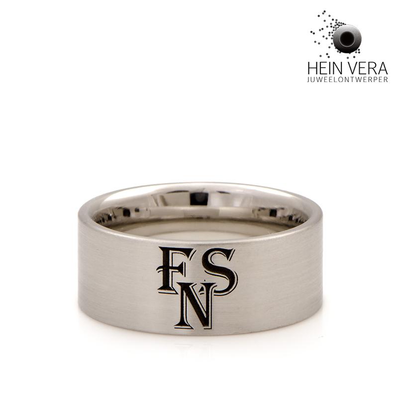 Ring in edelstaal met initialen door Hein Vera
