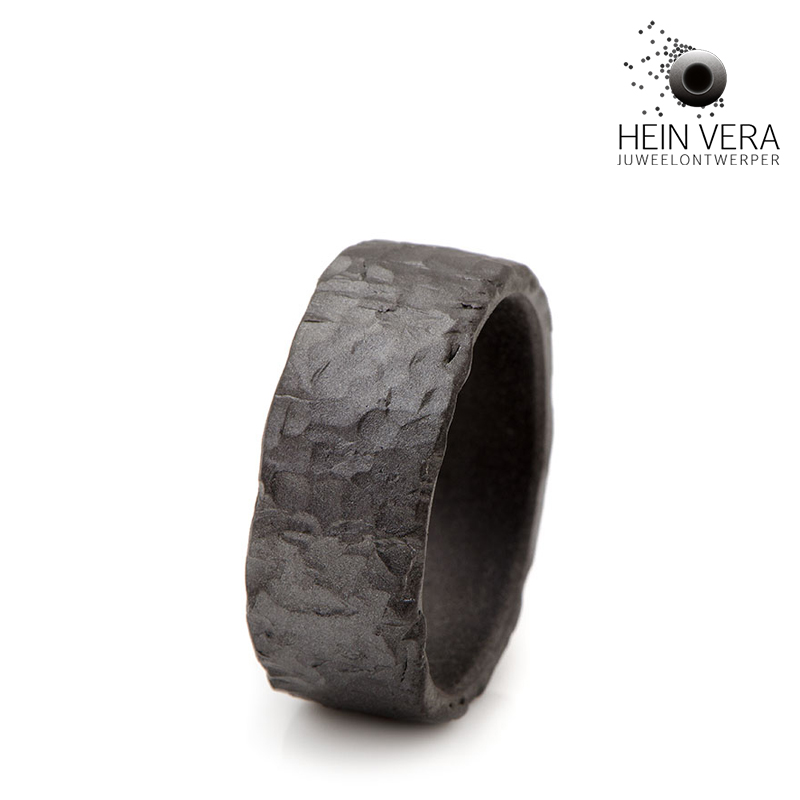 Zwarte trouwring in zirkonium door Hein Vera
