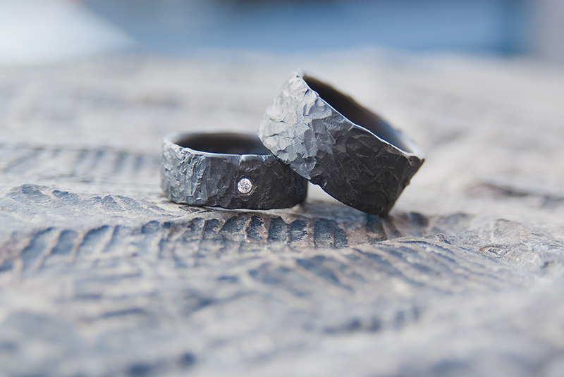 Trouwringen in zwart zirkonium met diamantje door Hein Vera