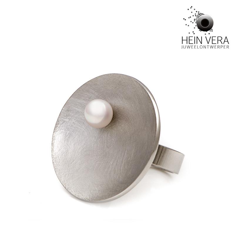 Speciale ring in edelstaal met zoetwaterpareltje door Hein Vera