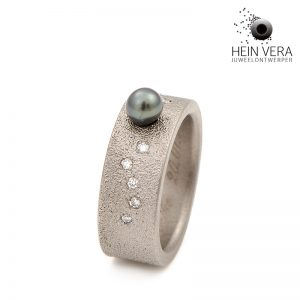 Ring in titanium met South-Sea parel en diamantjes door Hein Vera.
