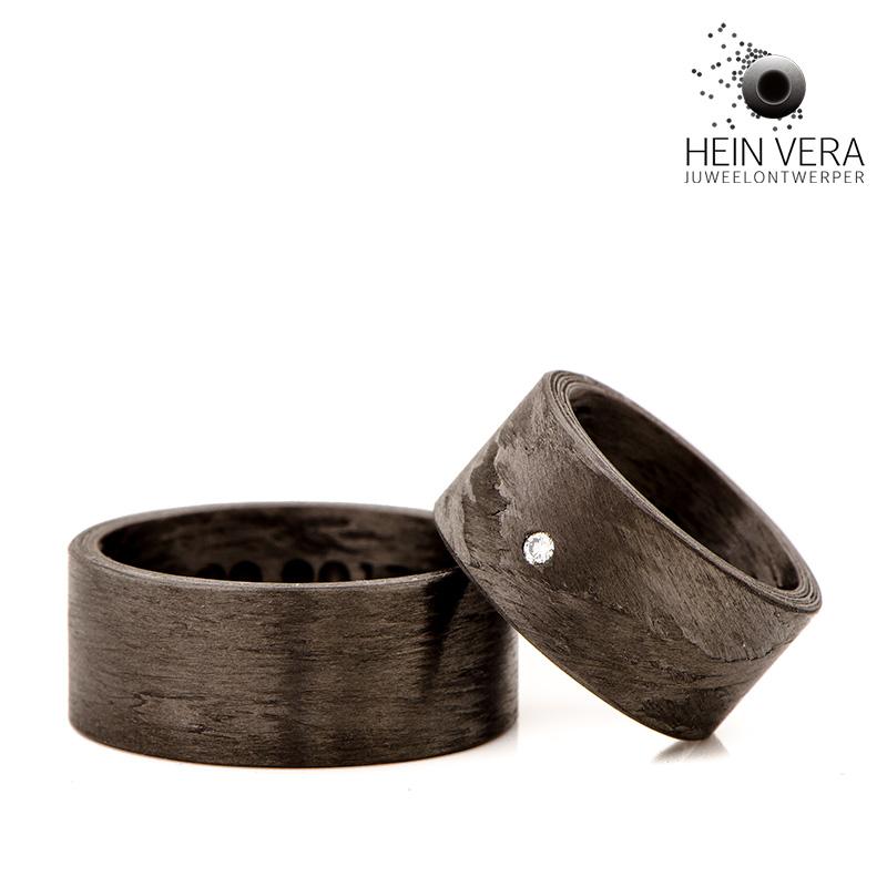 Zwarte trouwringen in carbon en met een diamantje door Hein Vera.