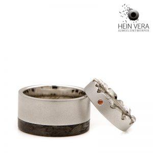 Trouwringen in cobalt-chrome en carbon afgewerkt met een gekleurd diamantje door Hein Vera.