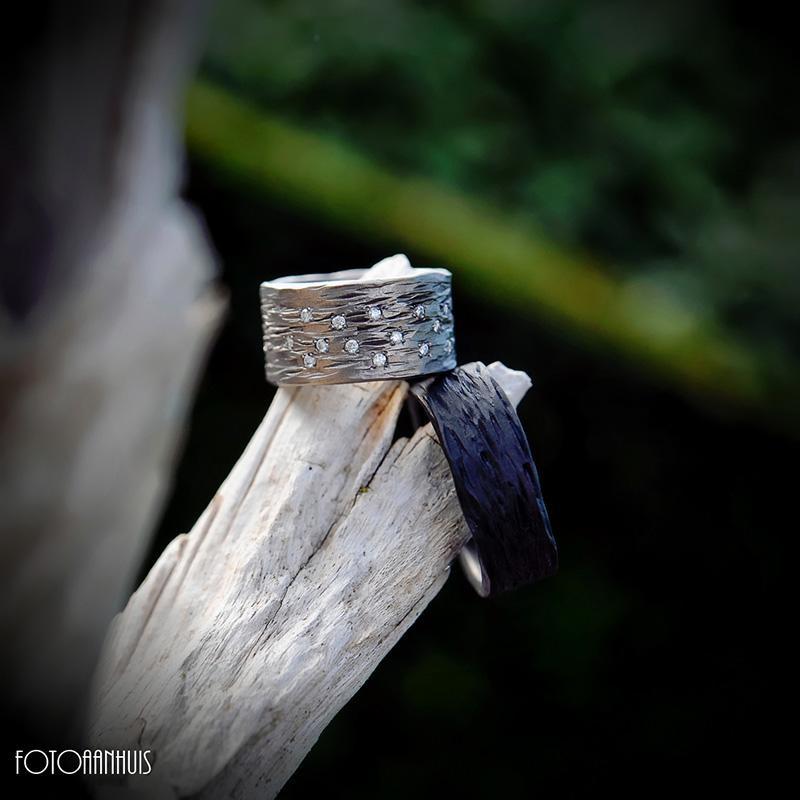 Trouwringen in zwart zirkonium en titanium met diamantjes