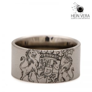 Ring in titanium met wapenschild.