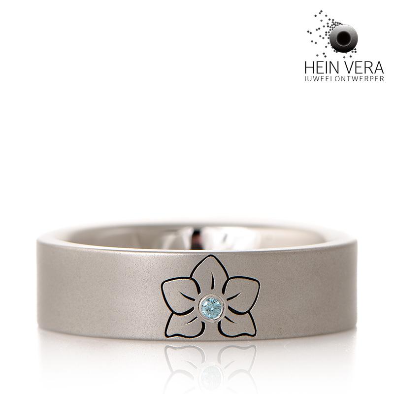 ring-cobalt-chrome-met-eigen-bloem-laser-gravure-en-blauw-diamantje_heinvera