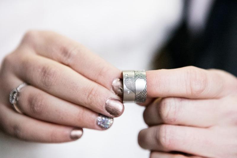 Trouwringen in cobalt-chrome met vingerafdruk en diamantjes_HeinVera