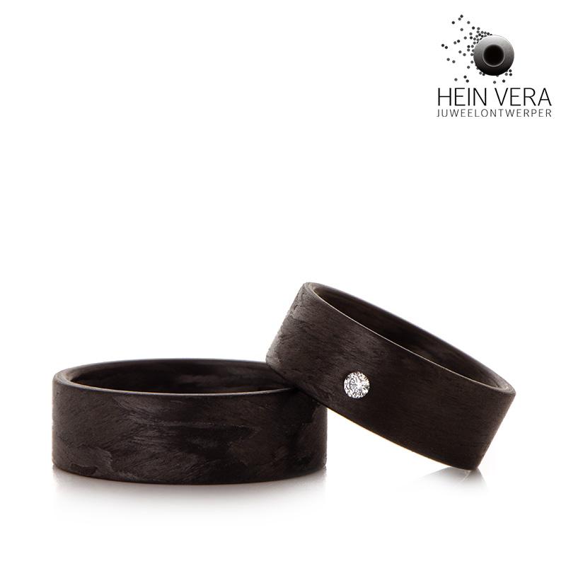 Zwarte trouwringen in carbon met diamantje_HeinVera