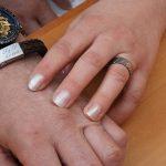 Ring in titanium met gekleurde diamantjes en lederen armband met graveerwerk door Hein Vera