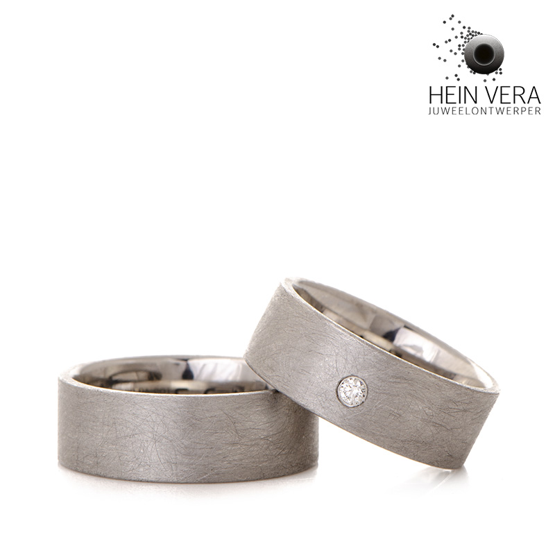 Trouwringen in cobalt-chrome met diamantje door Hein Vera