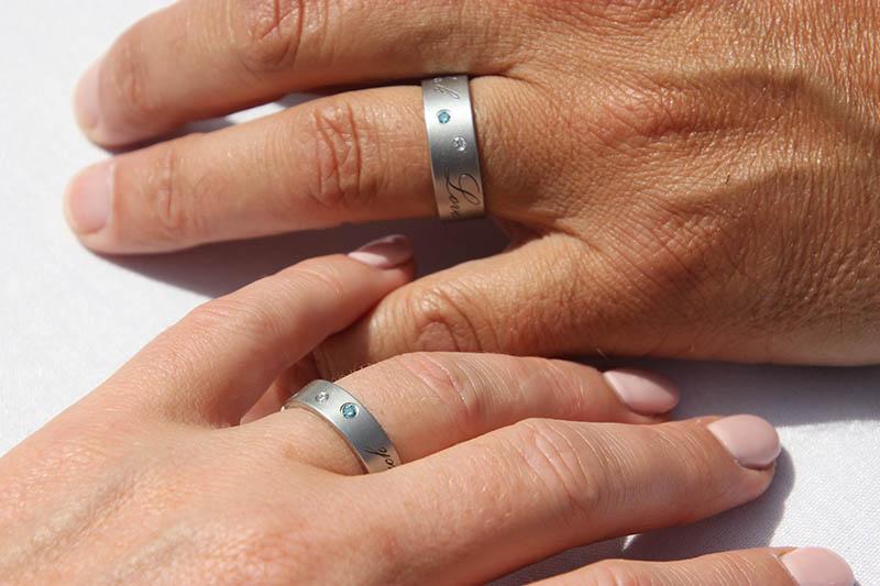 Trouwringen in cobalt chrome met eigen tekst en diamantjes HeinVera