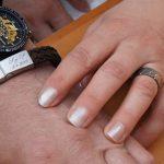 Ring in titanium met gekleurde diamantjes en lederen armband met graveerwerk Hein Vera