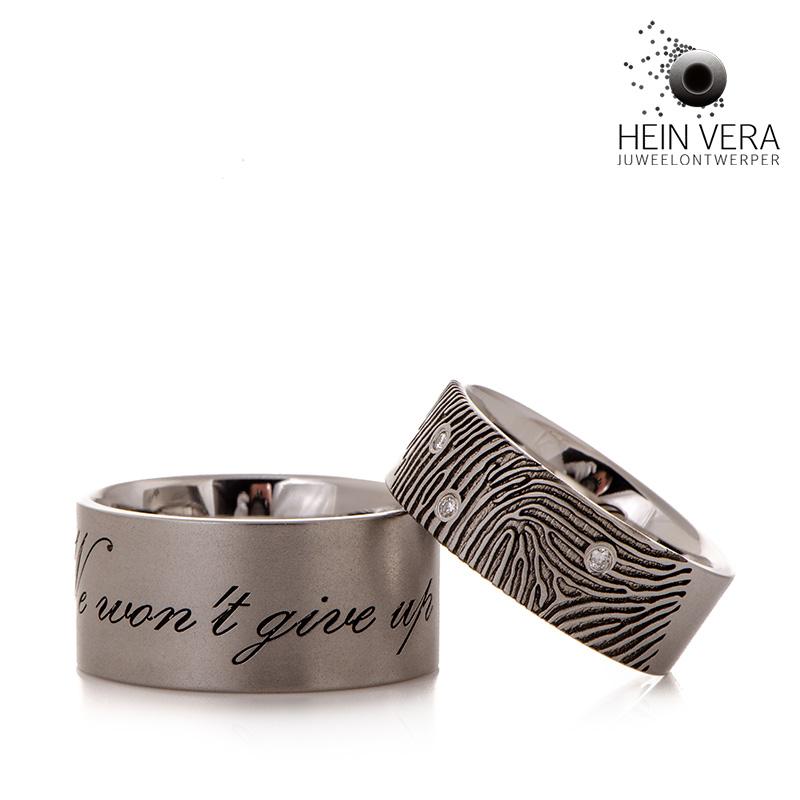 Trouwringen in cobalt chrome met vingerafdruk diamantjes en tekst Hein Vera