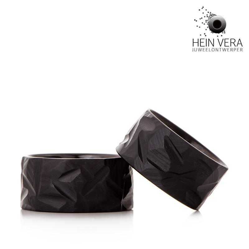 Zwarte trouwringen in brut zirkonium Hein Vera