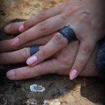 Zwarte trouwringen in brut zirkonium met diamantjes HeinVera