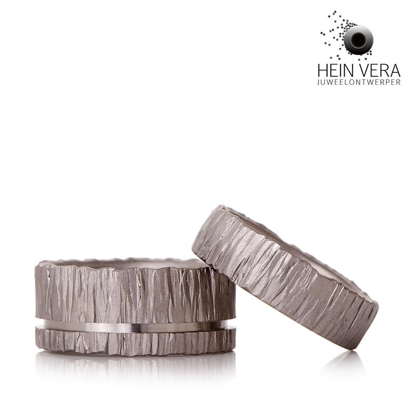 Trouwringen in brut titanium_heinvera