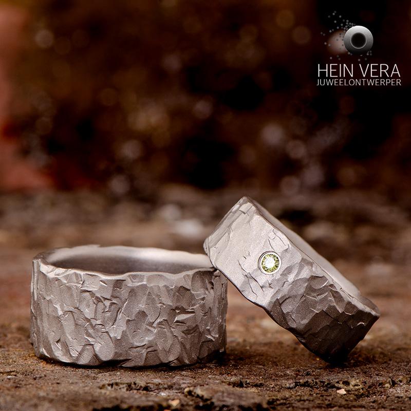 Trouwringen in titanium met groen diamantje_heinvera