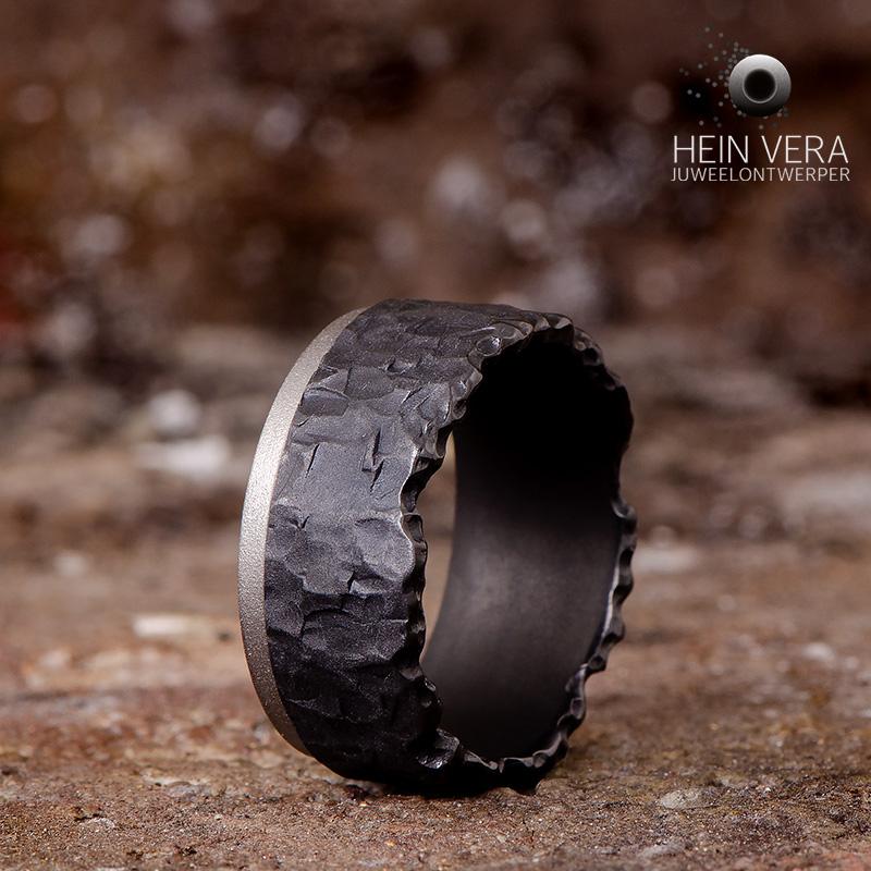 Zwarte ring in zirkonium met grijs bandje_heinvera
