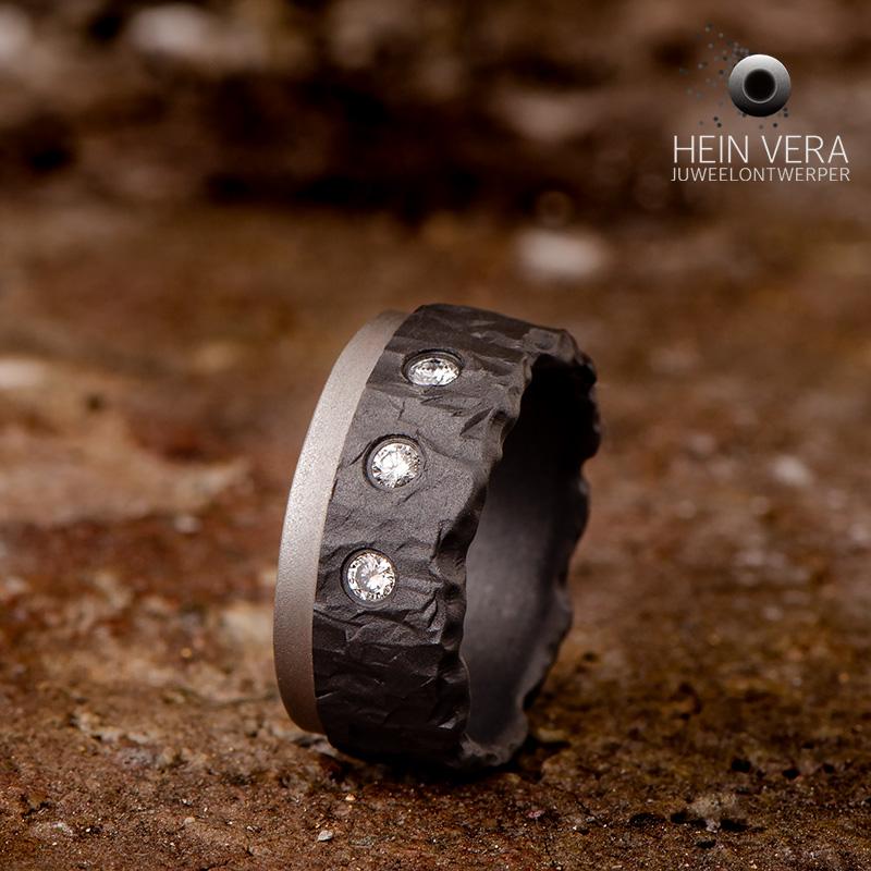 Zwarte ring in zirkonium met grijs bandje en diamantjes_heinvera