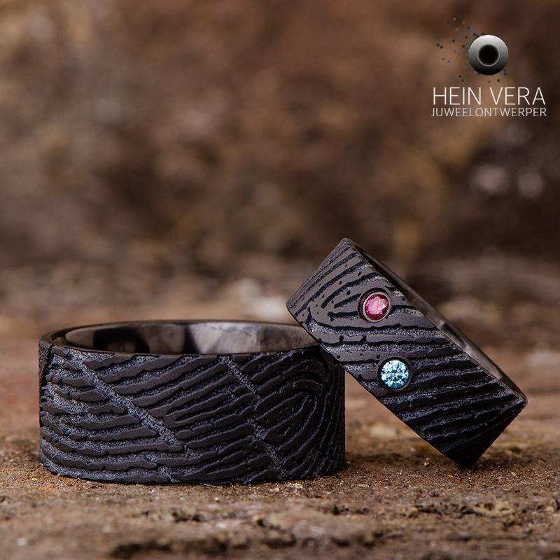 Zwarte trouwringen in zirkonium met vingerafdrukken en gekleurde diamantjes_heinvera