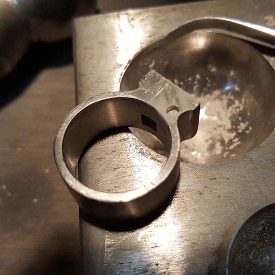 Ring in palladium met rookkwarts en as verwerking