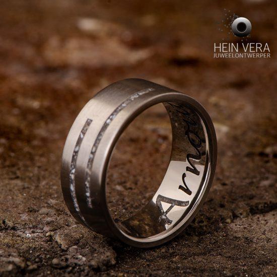 ring-in-titanium-met-as-van-een-dierbare_heinvera