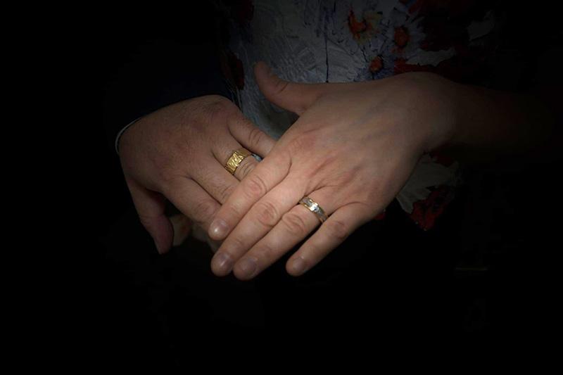 Trouwringen in geel goud met cobalt-chrome en laserwerk_heinvera