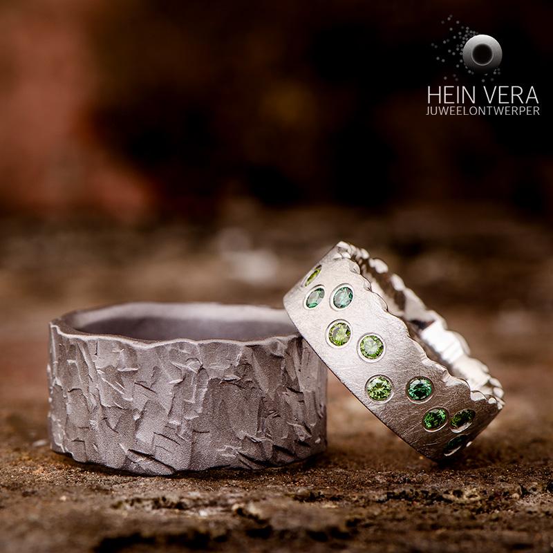 Trouwringen in tantalum en cobalt-chrome met groene diamantjes_HeinVera