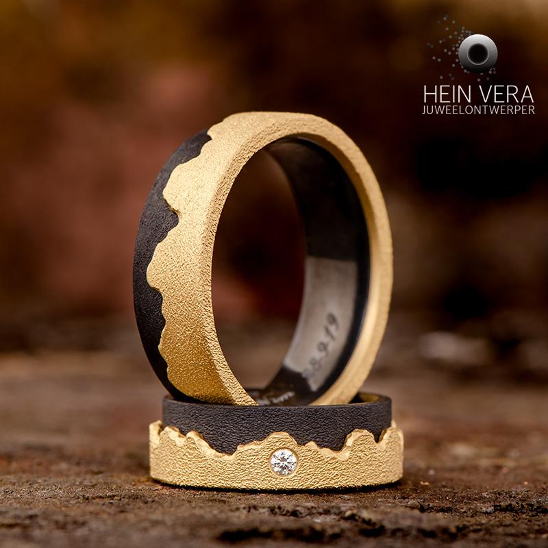 Trouwringen in zwart zirkonium met geel goud en diamantje_HeinVera