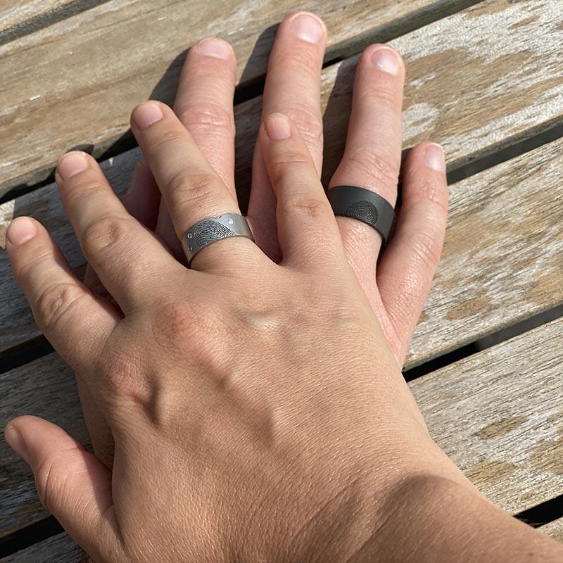 Trouwringen in zwart zirkonium en cobalt-chrome met vingerafdrukken_HeinVera