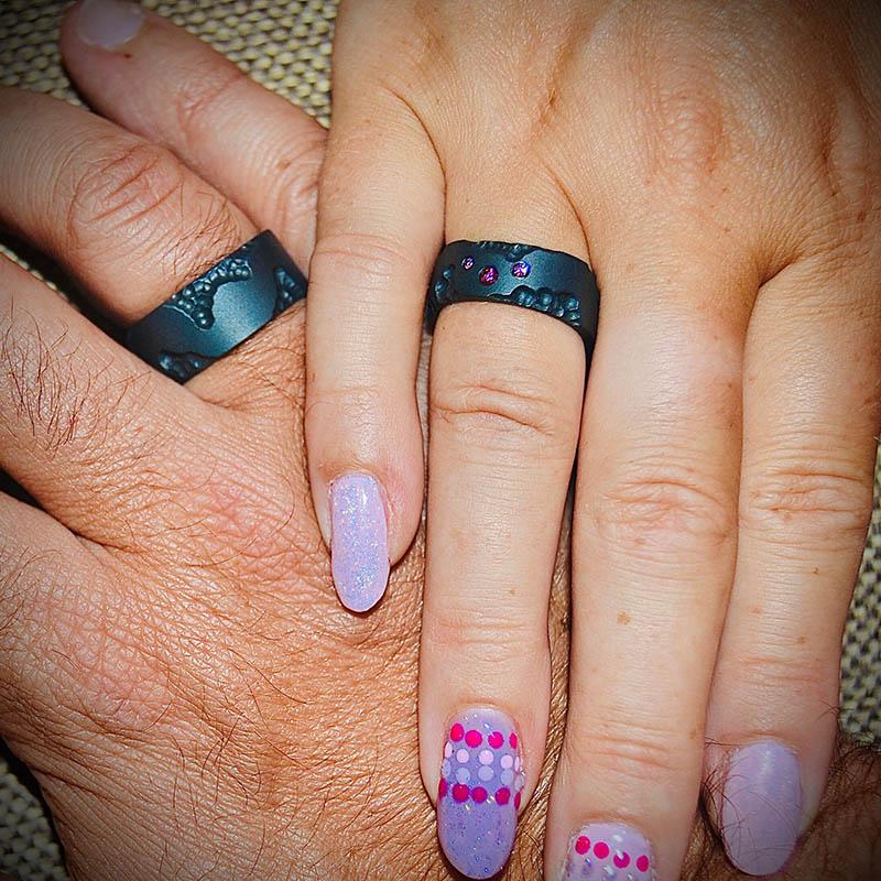 Zwarte trouwringen in zirkonium met gekleurde diamantjes_heinvera