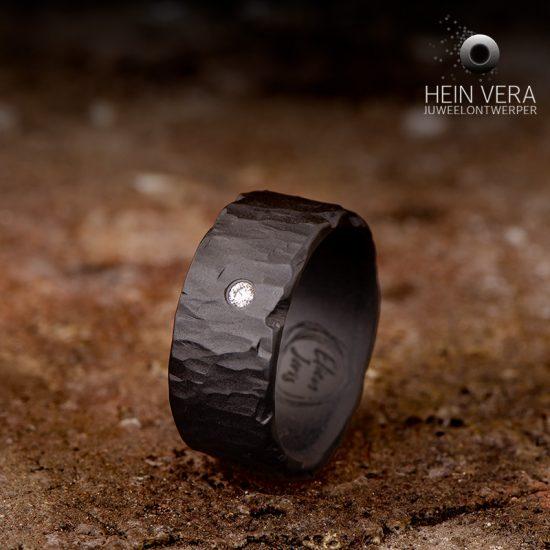 Zwarte trouwring met diamantje_heinvera