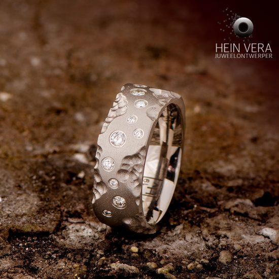 Ring in titanium met diamantjes