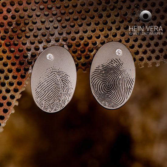Oorringen in titanium met vingerafdrukken en diamantjes