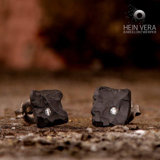 oorringen-in-zwart-zirkonium-met-diamantje_heinvera