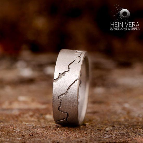 Ring in titanium met gezichtscontouren