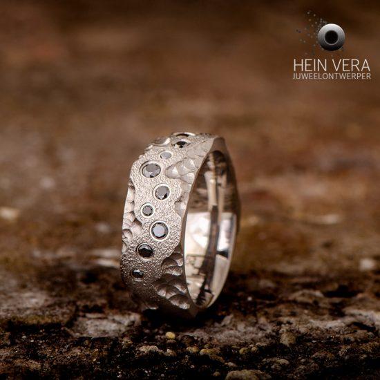 Ring in titanium met zwarte diamantjes_heinvera