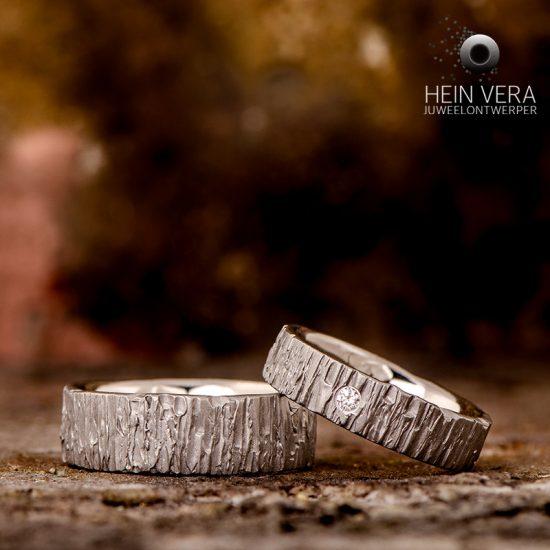 Trouwringen in brut titanium met diamantje