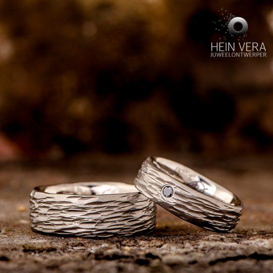 Trouwringen in brut titanium en zwart diamantje