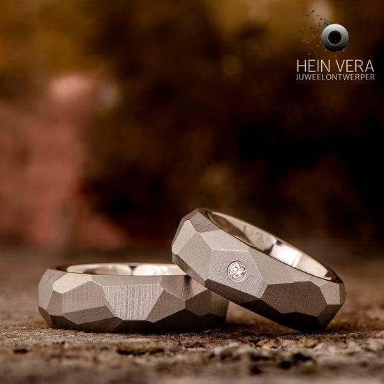 Trouwringen in facetten in titanium met diamantje
