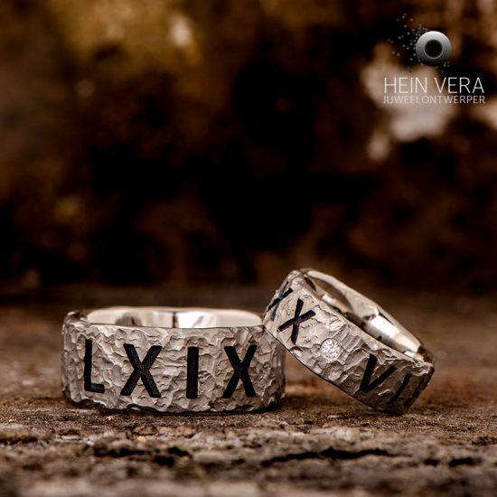 Trouwringen in brut titanium met tekst en diamantje