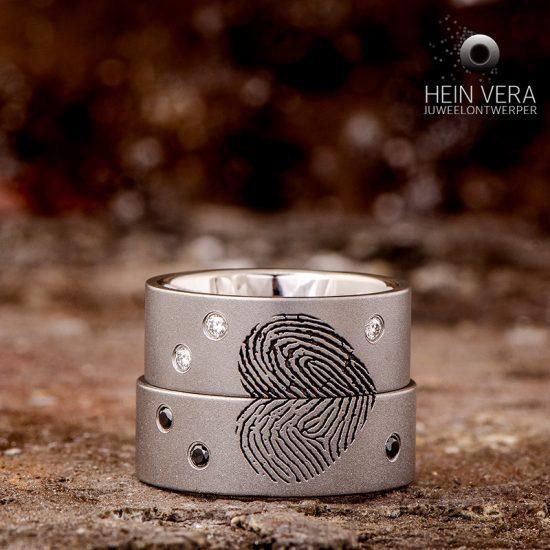Trouwringen in titanium met vingerafdrukken en diamantjes