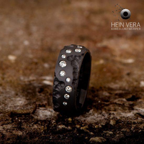 zwarte-ring-in-zirkonium-met-diamantjes_1_heinvera