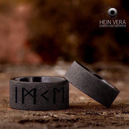 zwarte-trouwringen-in-zirkonium-met-runenschrift_heinvera