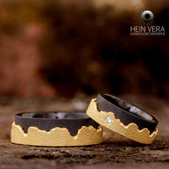 zwarte-trouwringen-met-geel-goud-en-een-diamantje_heinvera